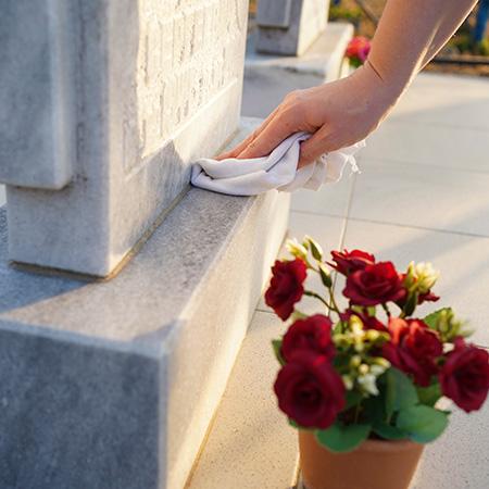 Fleurissement et nettoyage de sépulture à Seclin